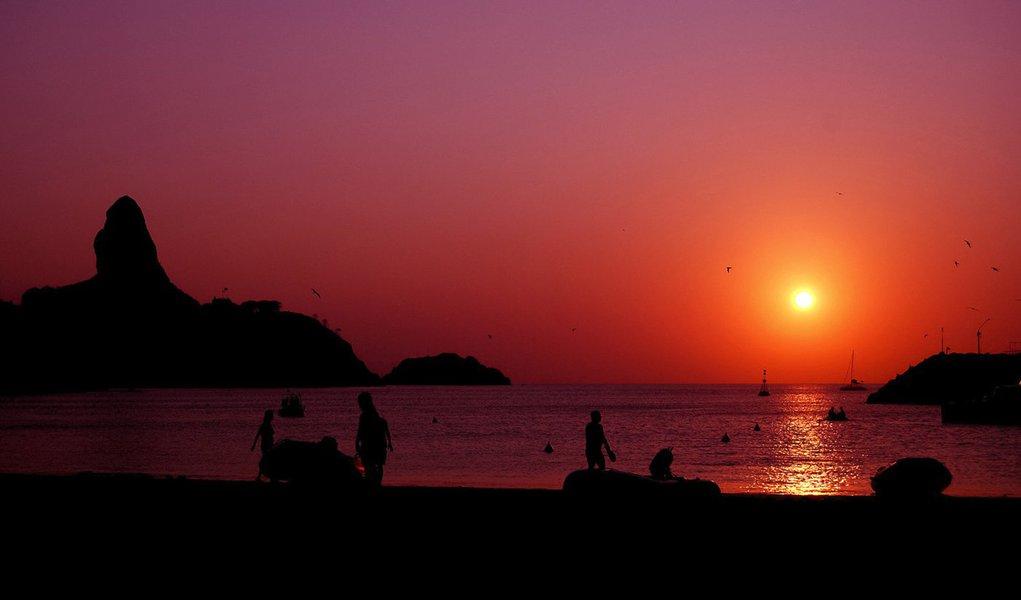 PE - FERNANDO DE NORONHA/ANIVERSARIO/508 ANOS - Por do sol visto da praia do porto Santo Antonio na epoca da Regata Recife Fernando de Noronha (IMAGEM DE ARQUIVO)