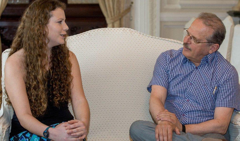 PORTO ALEGRE, RS, BRASIL: Governador Tarso Genro recebe a bióloga ativista do Greenpeace, Ana Paula Maciel no Palácio Piratini. Foto: Caroline Bicocchi/Palácio Piratini