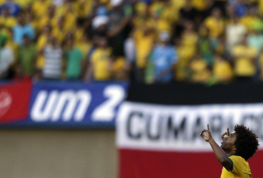 Jogador brasileiro Willian ao comemorar o gol marcado contra o Panamá no amistoso disputado no estádio Serra Dourada, em Goiânia. Willian ganhou vaga no time titular da seleção brasileira no treino realizado nesta quinta-feira no lugar de Oscar, que foi l