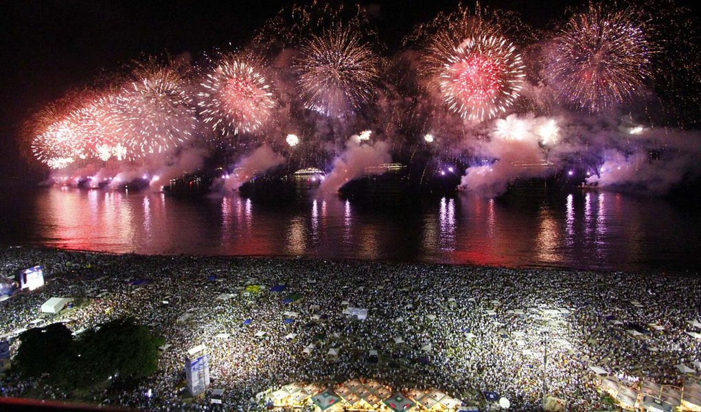 RIO DE JANEIRO,RJ,01.01.2014:RÉVEILLON 2014/COPACABANA/QUEIMA DE FOGOS - Queima de fogos de artifícios da Festa de Réveillon 2014 na Praia de Copacabana, no Rio de Janeiro (RJ), na madrugada desta quarta-feira (01). (Foto: Ale Silva/Futura Press/Folhapres