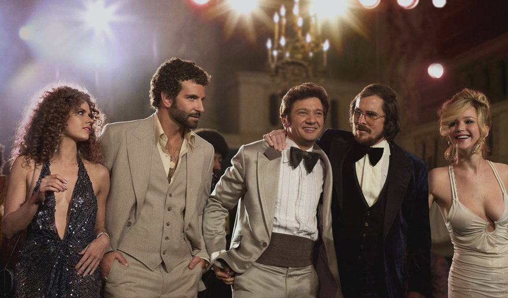 (l to r) Amy Adams, Bradley Cooper, Jeremy Renner, Christian Bale and Jennifer Lawrence in Columbia Pictures' AMERICAN HUSTLE.  (Amy Adams dress: made for film, jewelry, shoes: vintage / Bradley Cooper suit, shirt: made for film / Jeremy Renner suit: made