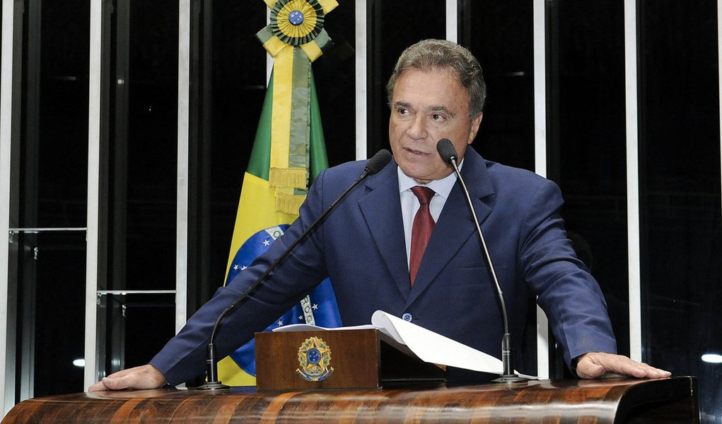 Senador Alvaro Dias (PSDB-PR) requer voto de aplauso à Universidade Estadual de Londrina, no Paraná, por ter conquistado destacada posição no ranking mundial de instituições de ensino superior