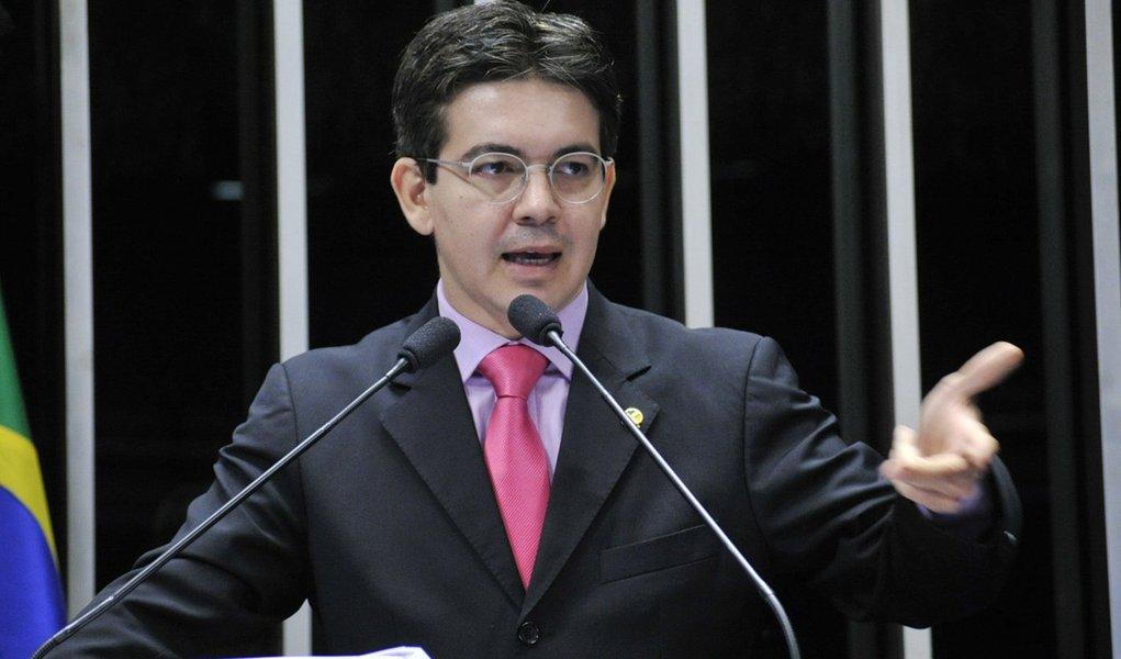 Senador Randolfe Rodrigues (PSOL-AP) discursa em sessão especial para lembrar os 50 anos do golpe militar de 1964