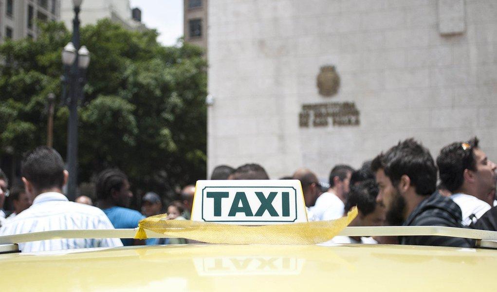 SÃO PAULO, SP, 16.12.2013:  PROTESTO/TAXISTAS/SP - Taxistas protestam em frente à sede da prefeitura, no Viaduto do Chá, contra a possibilidade da Prefeitura de São Paulo, de proibir a presença dos táxis nos corredores de ônibus, em São Paulo. Na semana p