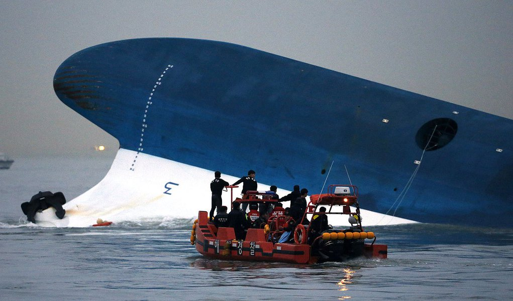 "Maritime police search for missing passengers in front of the South Korean ferry ""Sewol"" which sank at the sea off Jindo April 16, 2014. Almost 300 people were missing after a ferry capsized off South Korea on Wednesday, despite frantic rescue efforts inv"