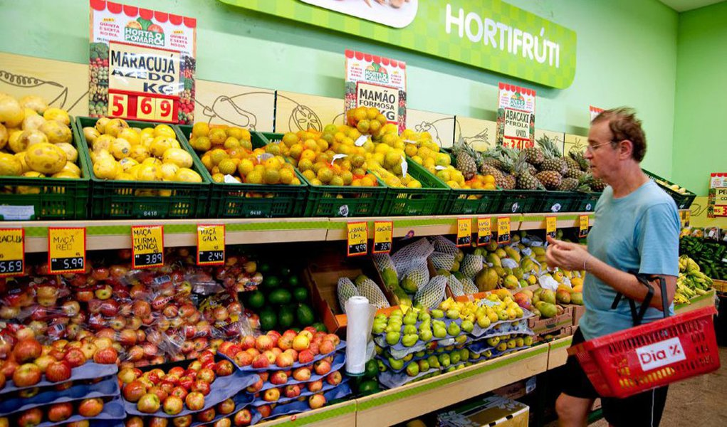A patron shops for fruit at a store operated under the Dia brand, a unit of Carrefour SA, in Sao Paulo, Brazil, on Monday, March 8, 2010. Wal-Mart Stores Inc. says it will spend $1.2 billion this year on store openings and expansion in a strategy to edge