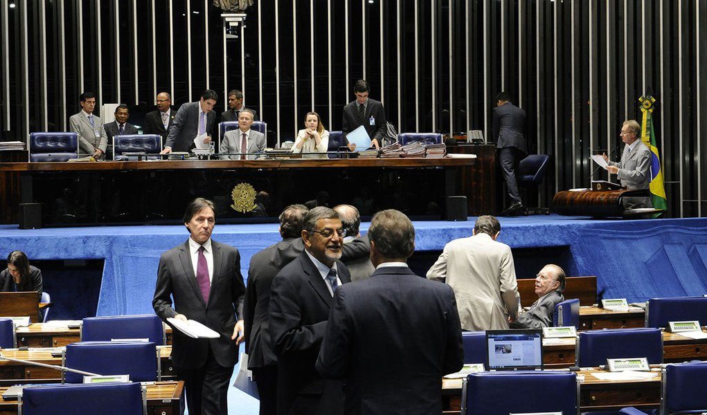 Senadores discutem o Projeto de Lei de Conversão 2/2014, que fixa nova norma de tributação de lucros de empresas controladas no exterior por matriz brasileira. O texto do projeto é proveniente da Medida Provisória (MP) 627/2013