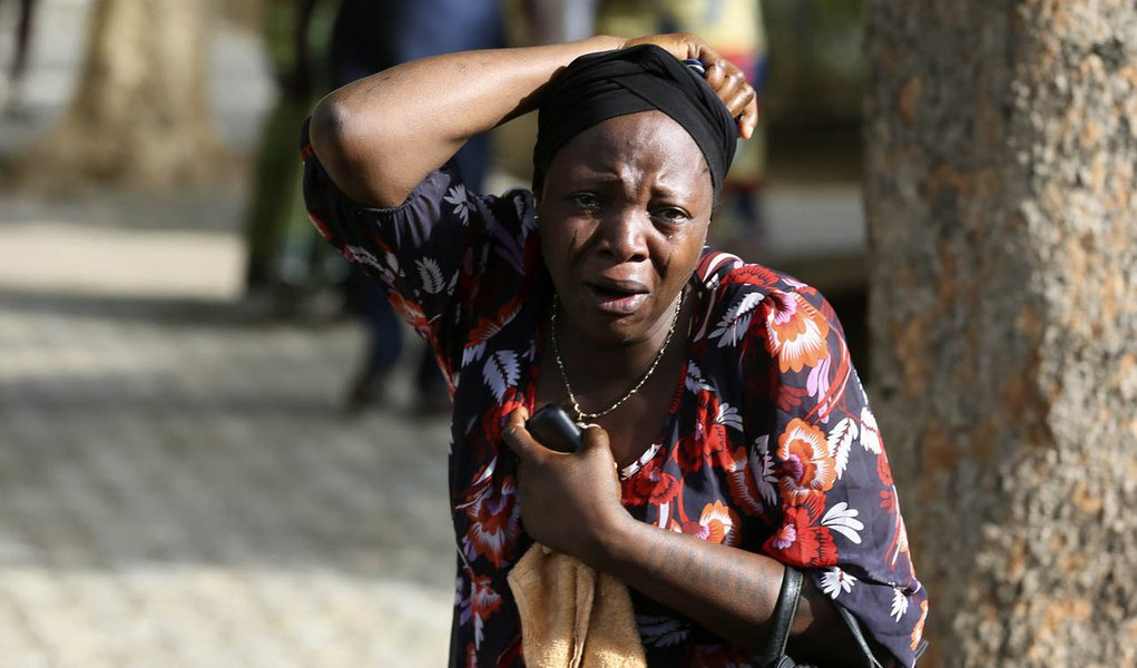 Bystanders react as victims of a bomb blast arrive at the Asokoro General Hospital in Abuja April 14, 2014. A morning rush-hour bomb killed at least 71 people at a Nigerian bus station near the capital on Monday, raising concerns about the spread of an Is
