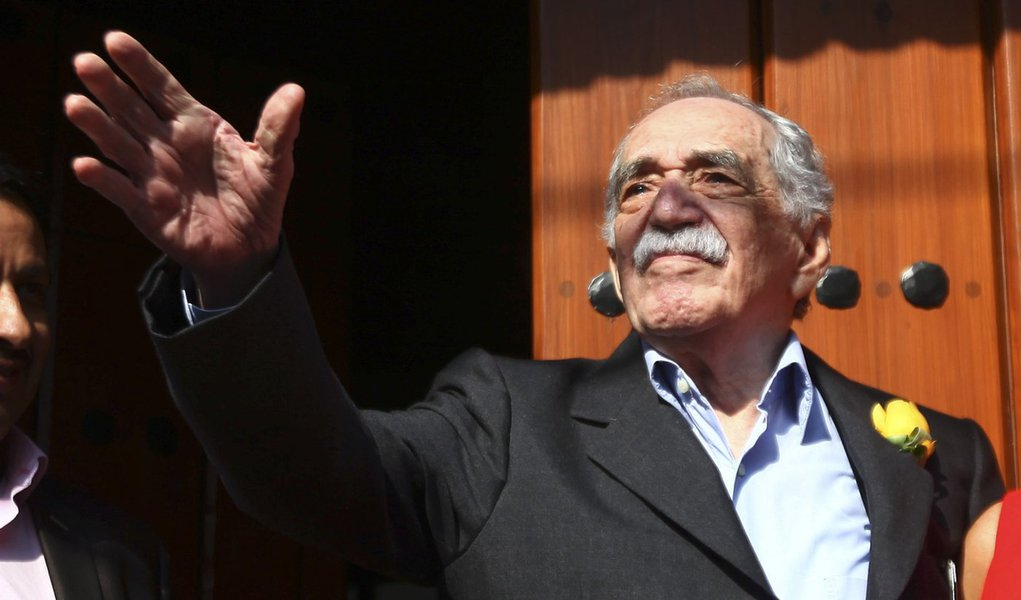 Gabriel Garcia Marquez greets journalists and neighbours on his birthday outside his house in Mexico City March 6, 2014. Garcia Marquez, the octogenarian titan of Latin American literature, celebrated his 87th birthday in Mexico City on Thursday at his ho