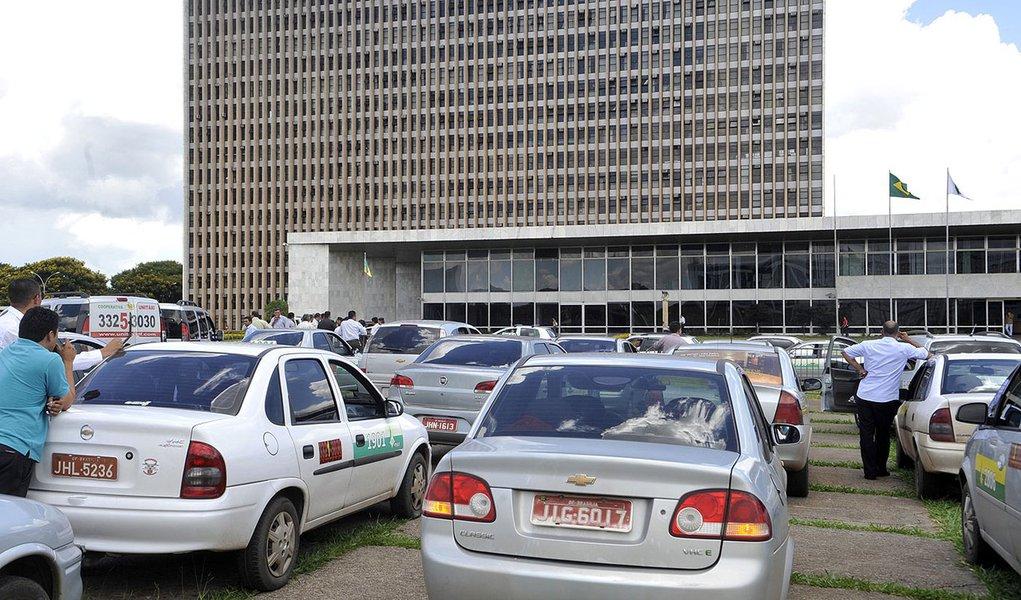 Brasília - Taxistas autonômos fazem manifestação em frente ao Palácio do Buriti, por novas concessões e para que o governo reconheça a categoria de motoristas que alugam taxis. GDF prepara licitação de 646 novas concessões ainda este semestre.