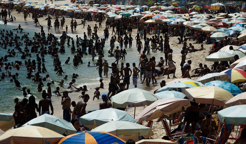 RIO DE JANEIRO, RJ - 03.01.2014: CLIMA/CALOR/RJ - Movimentação de banhistas na praia do Arpoador, na zona sul da cidade, nesta sexta-feira de temperatura elevada. Calor atinge 40ºC, com sensação térmica de 50ºC. (Foto: Daniel Marenco/Folhapress)