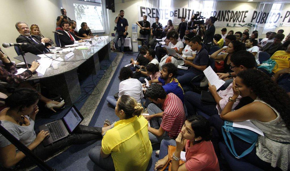 RECIFE, PE - 08.08.2013: CONFRONTO/AUDIÊNCIA/TRANSPORTE/PE - Manifestantes ligado à Frente de Luta pelo Transporte Público de Pernambuco resolveram permanecer no local por tempo indeterminado .Uma audiência pública sobre Transporte Público, Mobilidade Urb