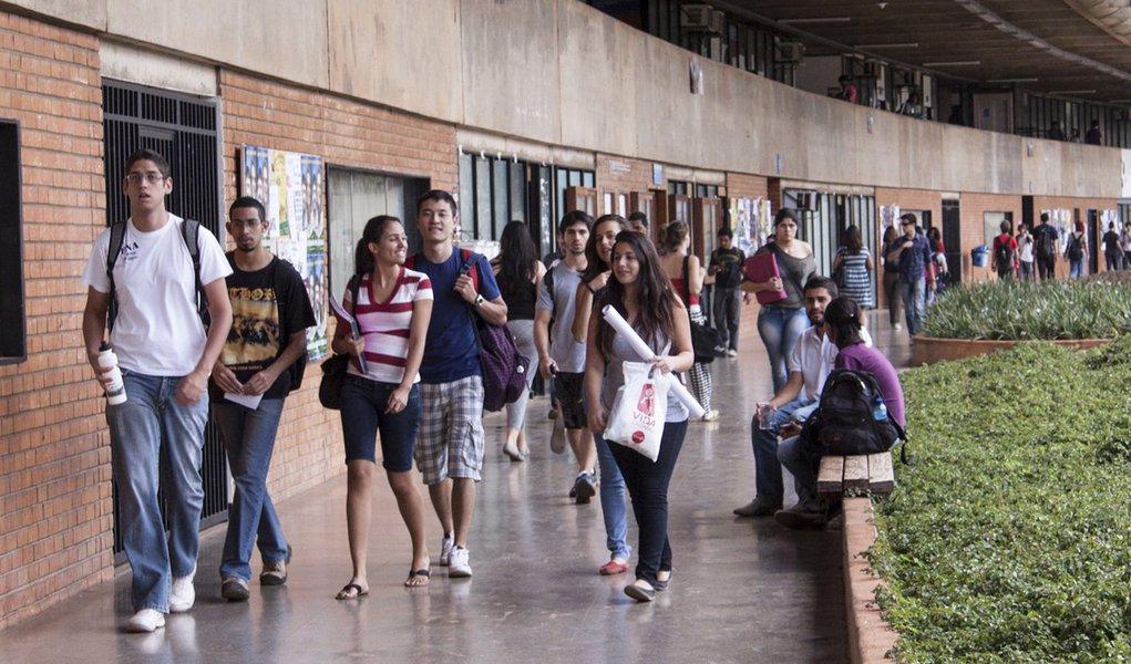 Na UnB, 2.785 professores correm risco de perder 26% do salário
