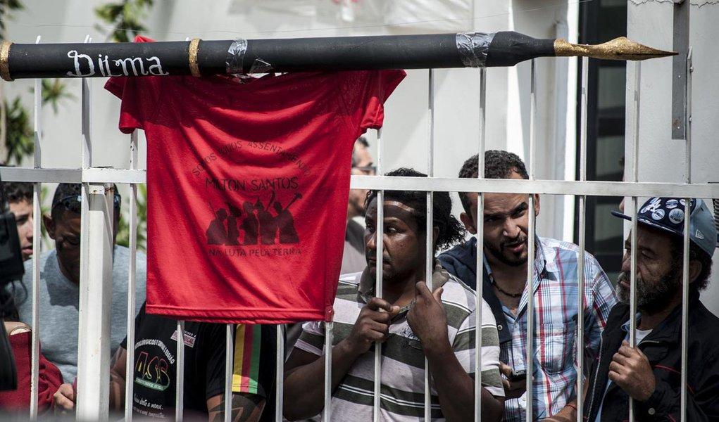 """""""Chateado"""" com invasão, Lula muda agenda"""