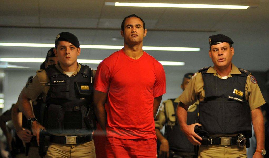 Brasil, Belo Horizonte, MG. 20/10/2010. O goleiro Bruno Fernandes das Dores de Souza (c) é conduzido por policiais para audiência realizada no II Tribunal do Júri, em Belo Horizonte (MG). Começou na tarde de 20 de outubro de 2010 o depoimento de 22 testem