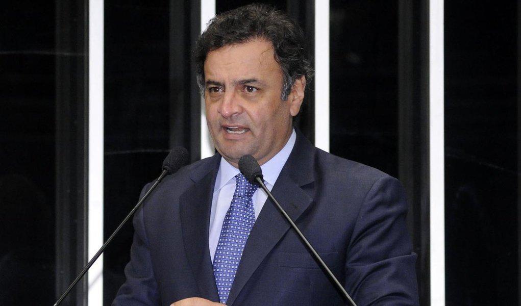 Aécio oferece vaga do Senado em MG para o PMDB