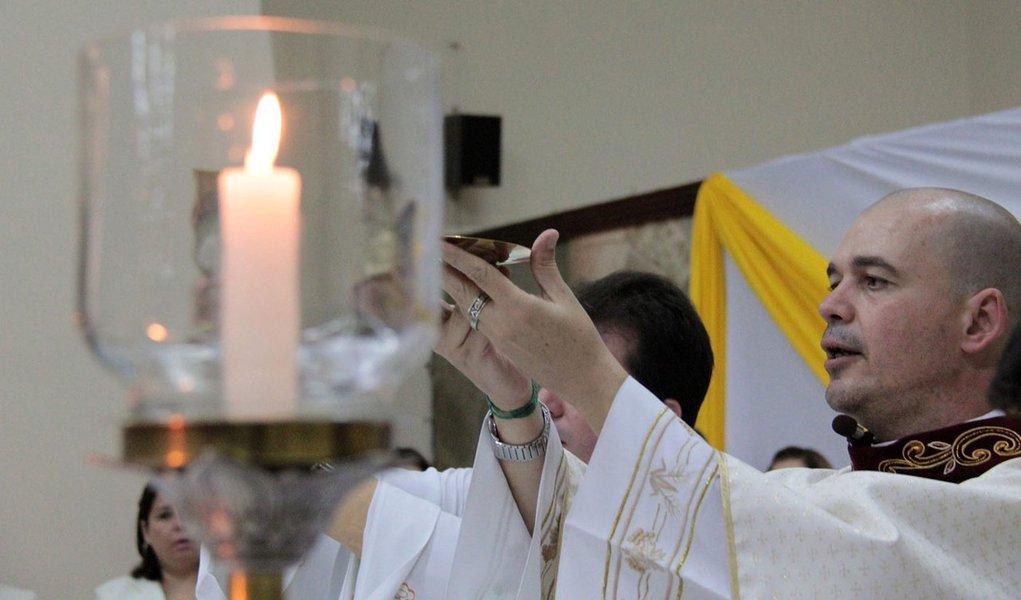 Igreja excomunga padre que defende homossexuais