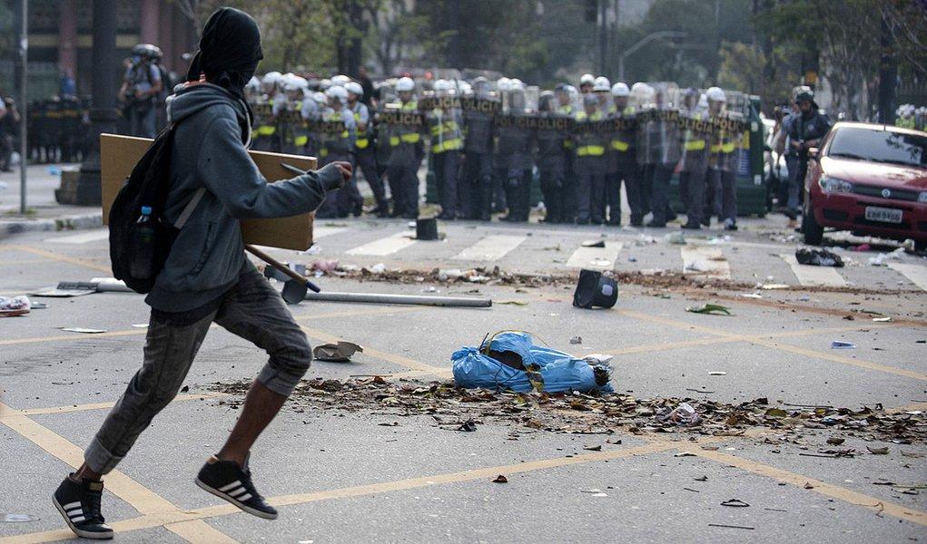 SÃO PAULO, SP, BRASIL,  07-09-2013, 14h00: Black Blocks e manifestantes de outros movimentos realizam protesto na Avenida Paulista. (Foto: Marcelo Camargo/ABr)