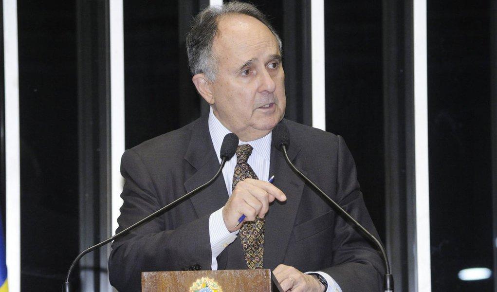 Em discurso na tribuna do Senado, senador Cristovam Buarque (PDT-DF)