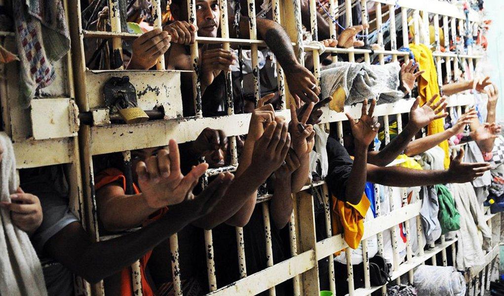 Brasil caminha para um milhão de presos