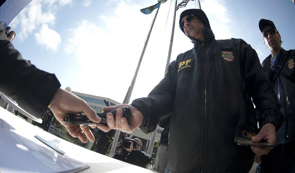 Agentes da PF entregam distintivos e armas em SP