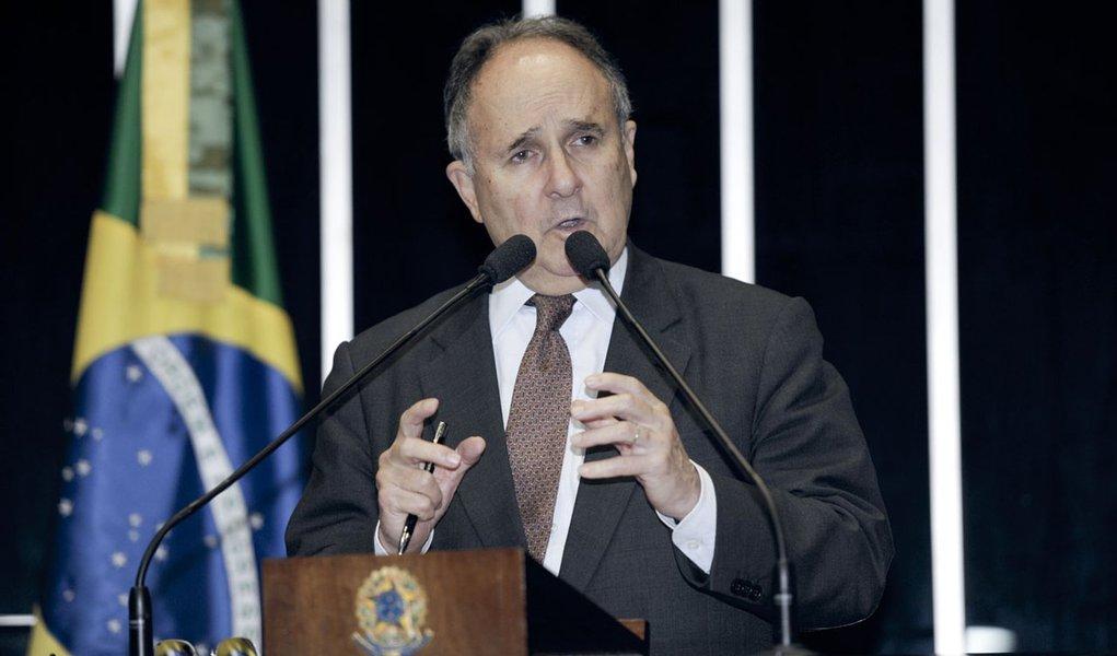 Em discurso na tribuna do plenário do Senado Federal, senador Cristovam Buarque (PDT-DF)