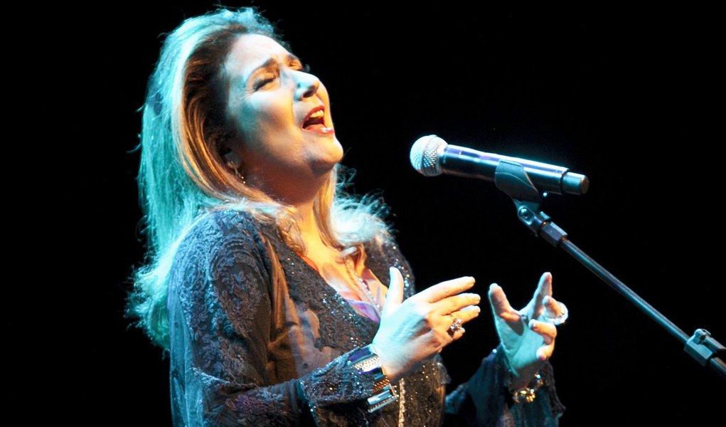 Zizi Possi grava inéditas em CD ao vivo