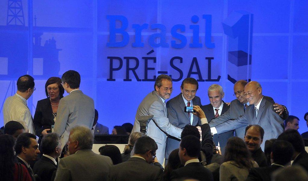 Rio de Janeiro - Consórcio formado pelas empresas Shell, Total, CNPC, Cnooc e Petrobras foi o vencedor da 1ª Rodada de Licitação do Pré-Sal com lance único e terá o direito a explorar e produzir o petróleo da área de Libra, na Bacia de Santos. O ministro