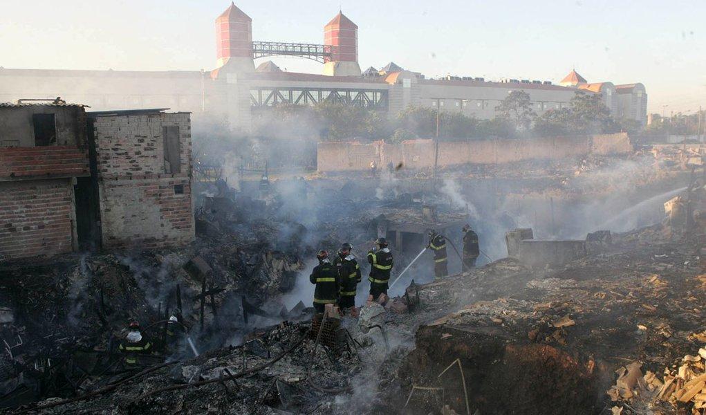 Incêndio em favela deixa mais de 400 desabrigados