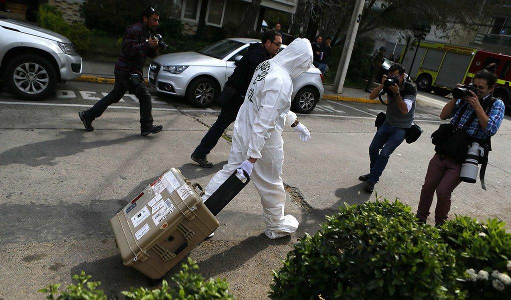 Policial deixa local onde bomba explodiu em Santiago nesta segunda-feira.  REUTERS/Ivan Alvarado