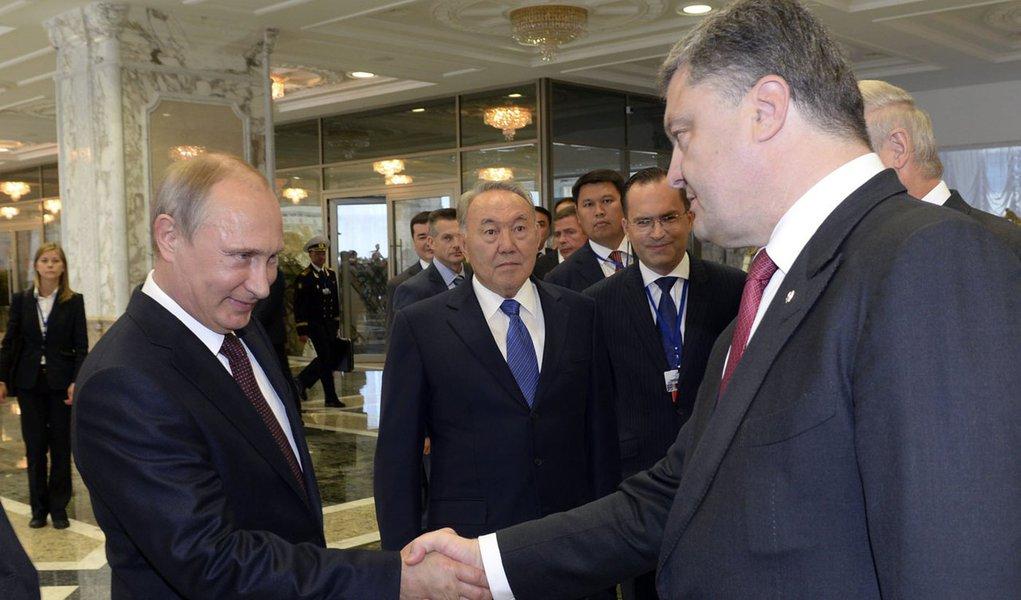 O presidente russo, Vladimir Putin (esquerda), e o presidente ucraniano, Petro Poroshenko, se cumprimentam antes de uma reunião bilateral em Minsk, em Belarus, nesta terça-feira. 26/08/2014 REUTERS/Sergei Bondarenko/Presidência Cazaquistão/Pool
