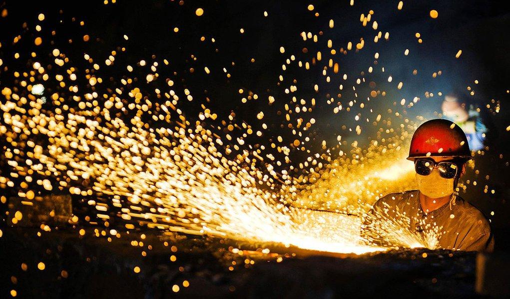 Produção industrial volta a crescer em março