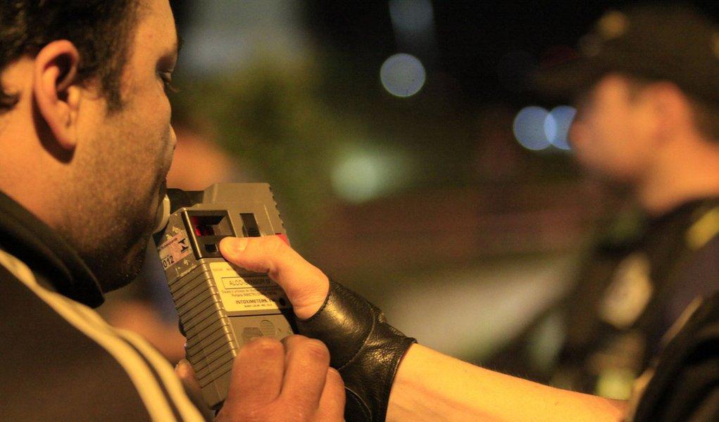 RS, BRASIL, DATA DESCONHECIDA: Motorista sopra bafômetro em rodovia no Rio Grande do Sul. Desde 11 de novembro de 2011, a Operação Viagem Segura, realizada em parceria entre Brigada Militar, PRF (Polícia Rodoviária Federal), Polícia Civil, Detran-RS (Depa