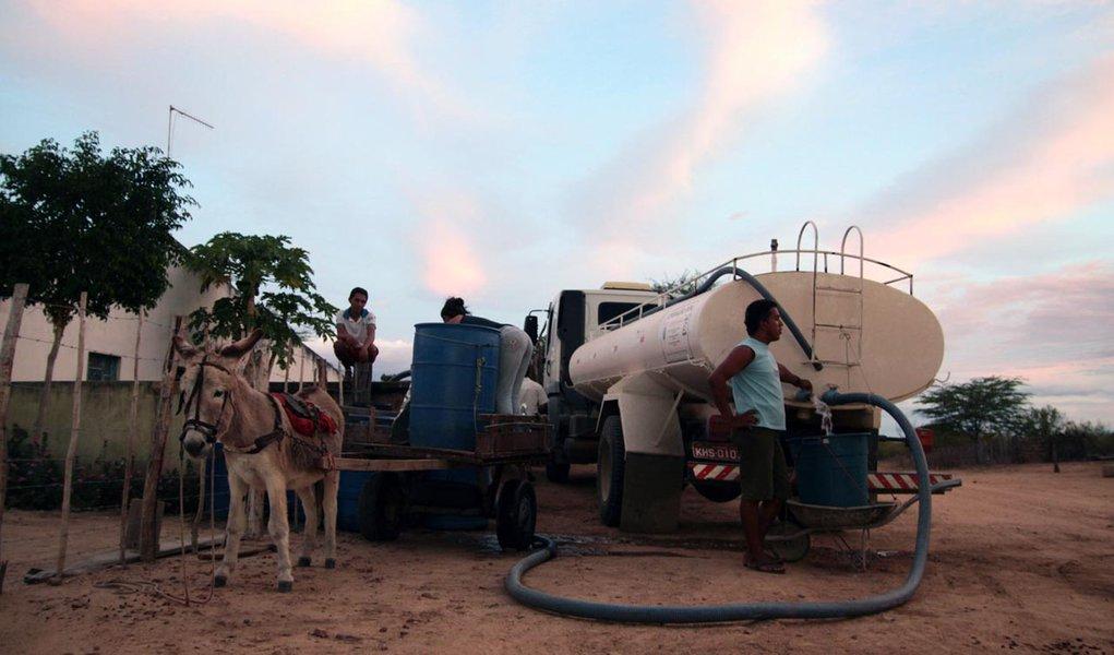 Governo reduz distribuição de água por carros-pipa