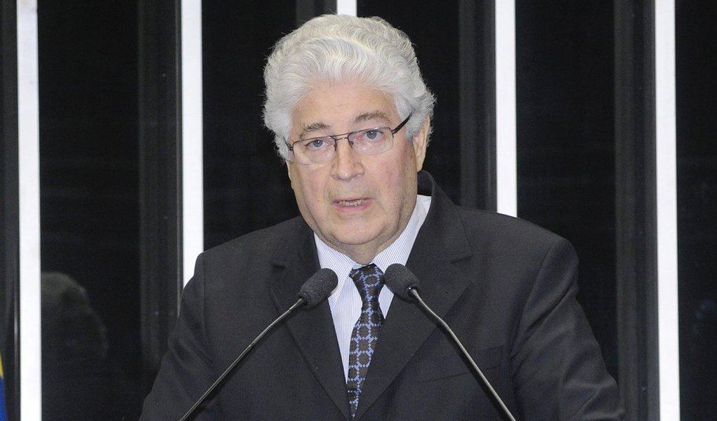 Em discurso na tribuna do Senado, senador Roberto Requião (PMDB-PR)