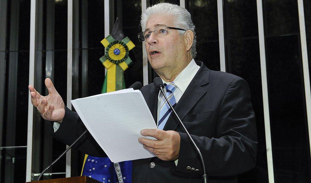 Senador Roberto Requião (PMDB-PR) critica decisão da Suprema Corte dos Estados Unidos em negar a possibilidade de o governo argentino quitar parte da dívida a credores que aceitaram uma renegociação