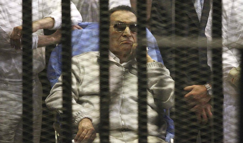 Egypt's ousted President Hosni Mubarak sits inside a dock at the police academy on the outskirts of Cairo April 15, 2013. Mubarak will stay in detention despite a judge ordering his release on bail pending a retrial over charges in complicity in the murde