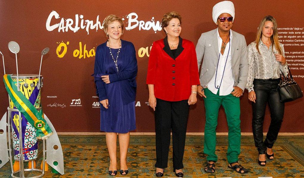 Dilma toca hino do Brasil na caxirola de Brown