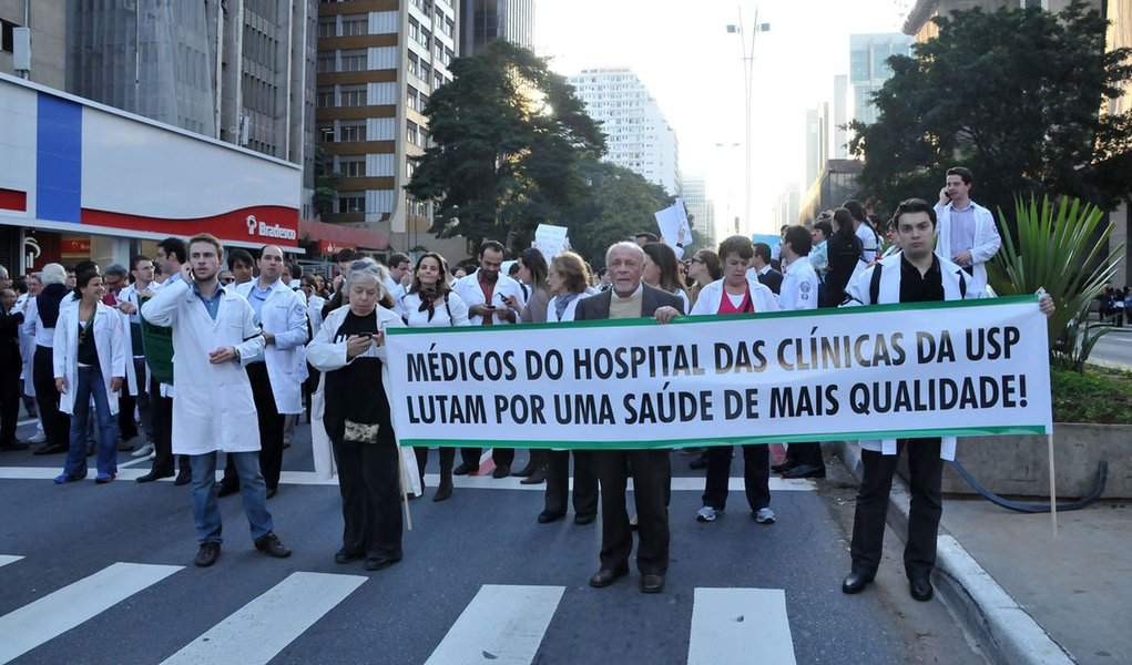Médicos fecham Avenida Paulista em protesto