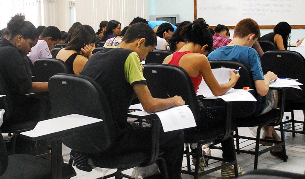 Data: 08/01/2010 - Escolas estaduais aplicam simulado para o Exame Nacional do Ensino Médio - Enem - Editoria: Cidade NA - Foto: SECOM - Jornal Notícia Agora - EDUCAÇÃO - Escola