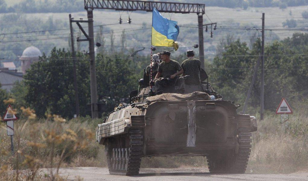 Militares ucranianos fazem patrulha em blindado perto de Donetsk. 11/08/2014 REUTERS/Valentyn Ogirenko