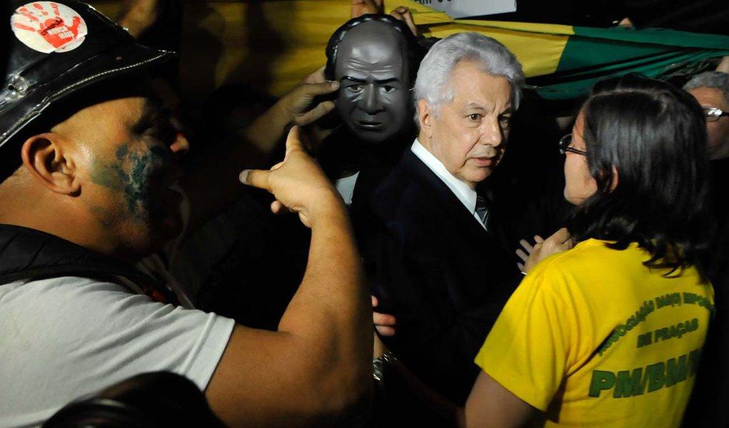 Brasília – Dezenas de policiais de vários estados favoráveis à Proposta de Emenda a Constituição (PEC) 300 invadiram o prédio da Câmara dos Deputados, na manhã de hoje (20), para pedir a aprovação da matéria - que equipara o piso salarial de bombeiros, mi