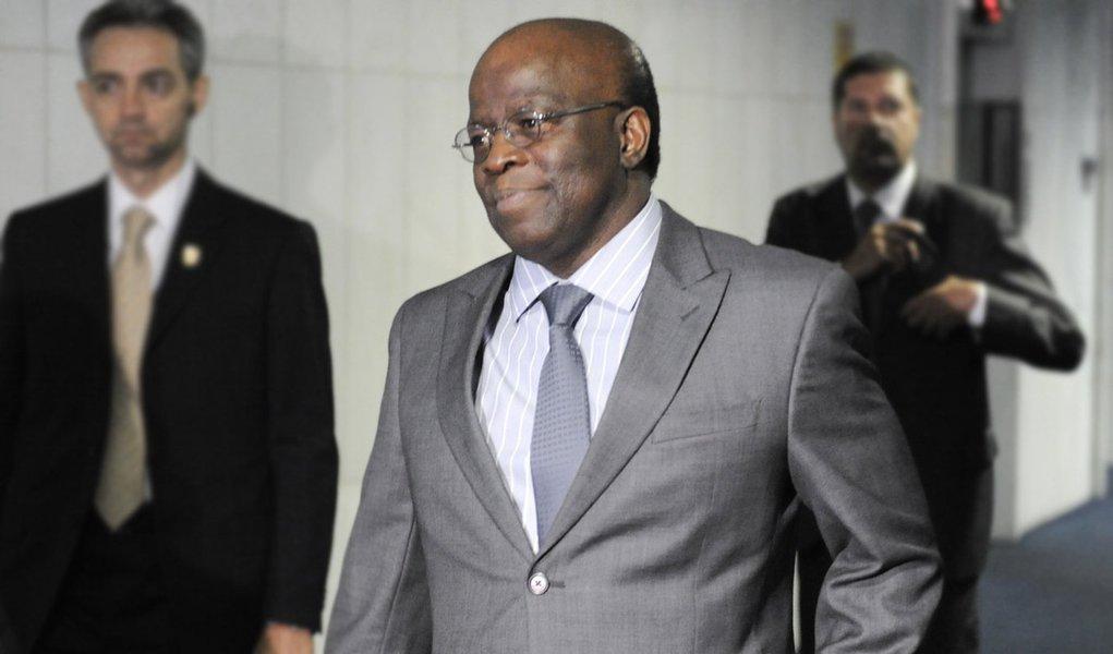 O presidente do Supremo Tribunal Federal (STF), Joaquim Barbosa, chega ao Senado para encontro com o presidente da Casa, Renan Calheiros, a fim de tratar sobre o Novo Código de Processo Civil