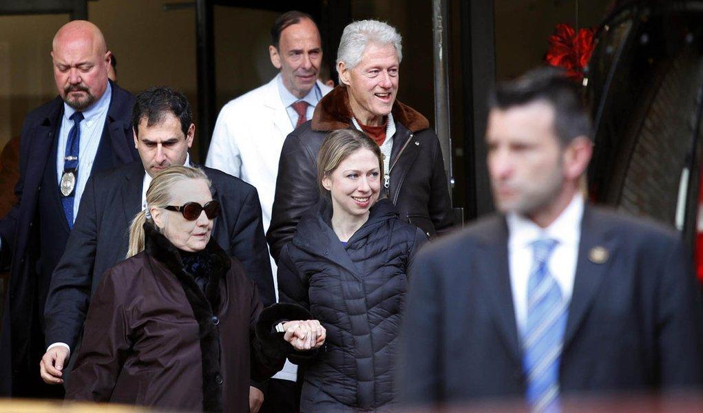 Hillary deixa hospital em Nova York com a família