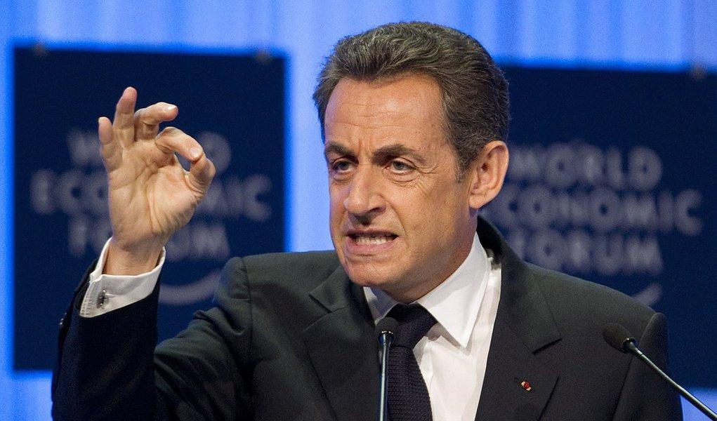 Sarkozy sai do silêncio e pede que França intervenha na Síria