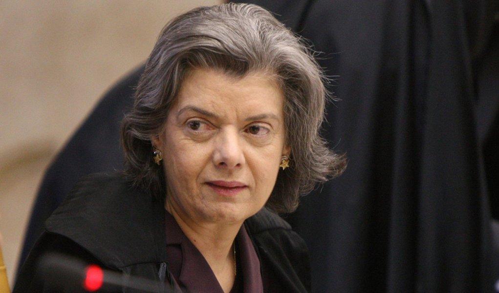 Cármen Lúcia diz que sentenças sobre remédios fazem parte da democracia