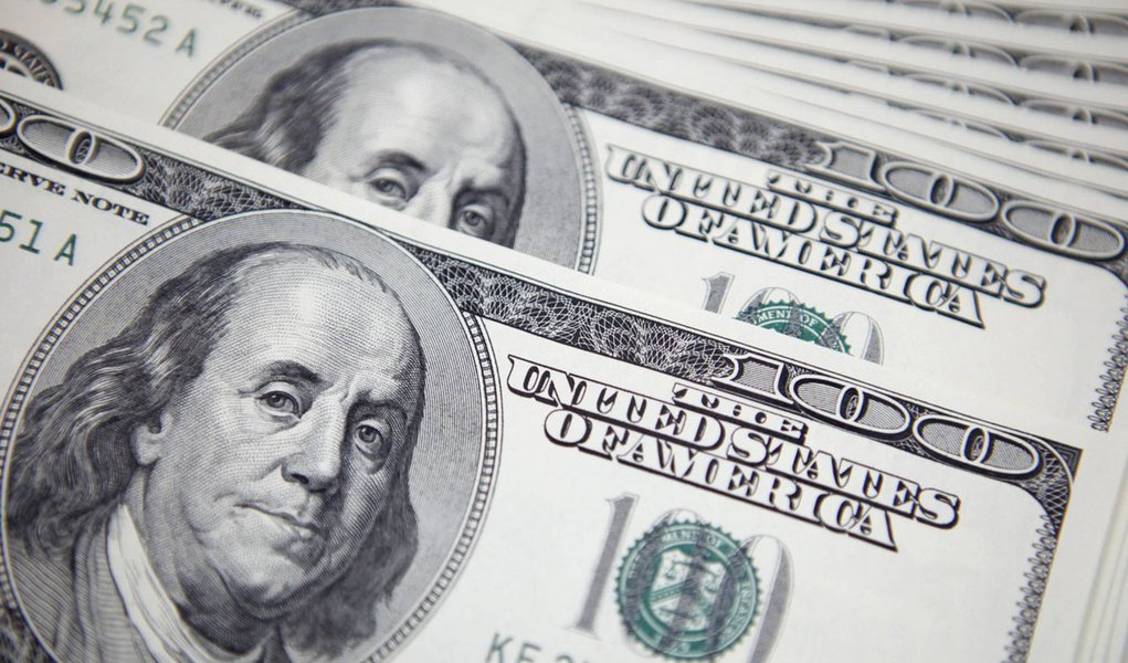 U.S. 100 dollar notes are seen at a bank in this picture illustration in Seoul September 20, 2011. The South Korean authorities were spotted selling the dollar/won in non-deliverable forward (NDF) trading between late Monday and early Tuesday in intervent