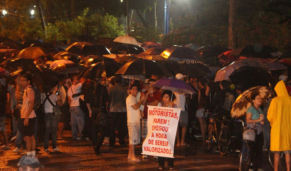 Rodoviários decidem manter greve no Recife