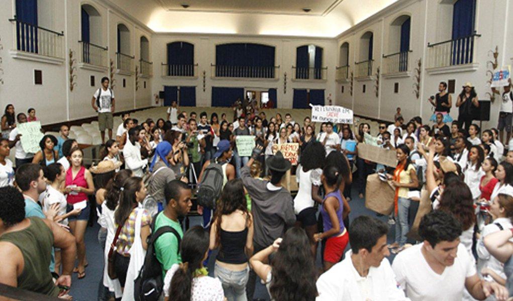 Professores da Ufba se reúnem em assembleia