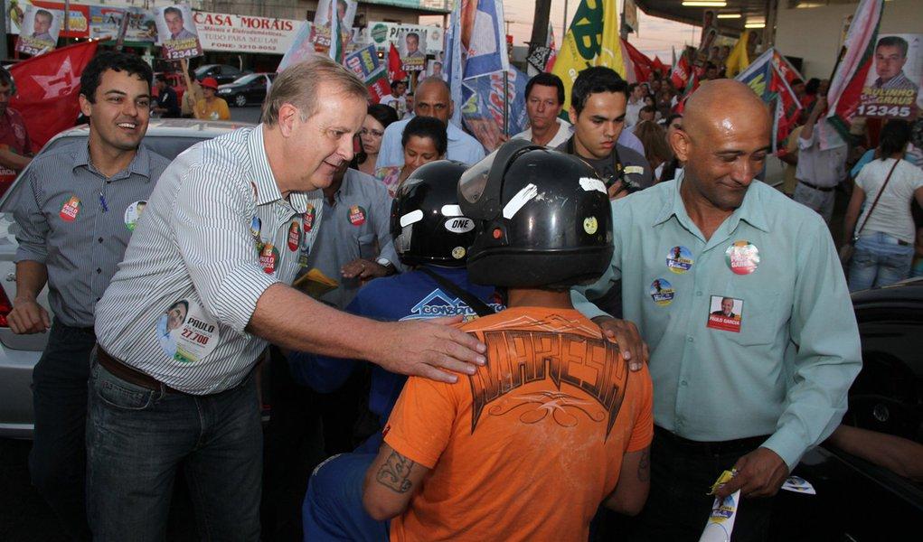 Paulo Garcia caminha e pede mais tempo ao eleitor